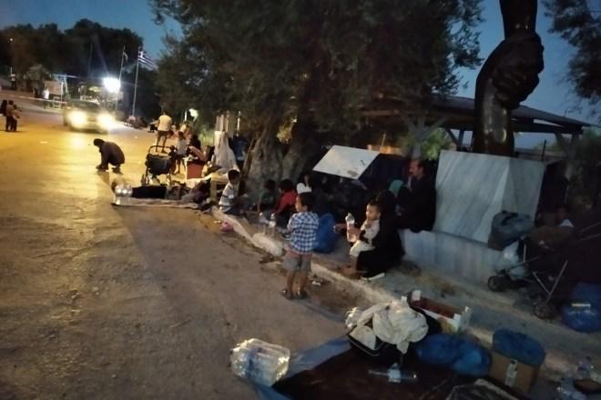 """Con calma: i profughi intrappolati a Lesbo verranno ricollocati sulla terraferma """"entro Pasqua"""""""