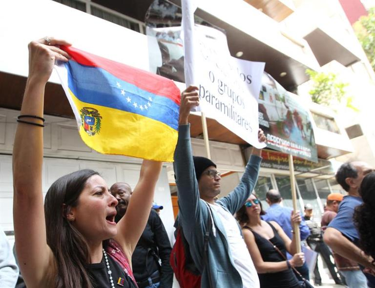 Hundreds of Venezuelans protest surrounded by Mexicans who support Maduro