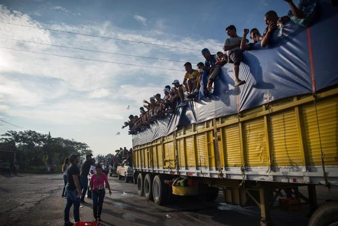 The migrant caravan advances as a new contingent enters Mexico