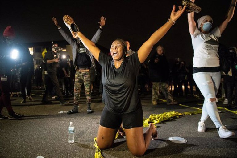 Minneapolis declares curfew after the death of an African-American at the hands of the Police