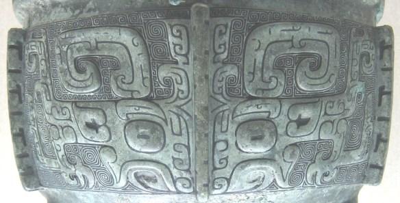 Masque taotie sur la couverte d'un ding en bronze de la dynastie Shang