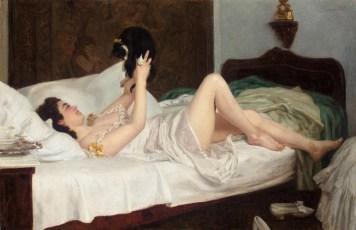 Femme allongée jouant avec un chat