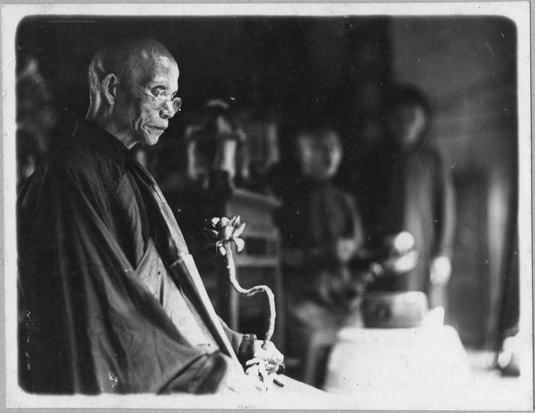 Moine en prière à la pagode bouddhique de Hong Phuc (dite de Hòa giải) 19 rue Hang Than (rue du Charbon) Hanoi, 1936. Photo Ecole française d'Extrême-Orient. Photographe inconnu.