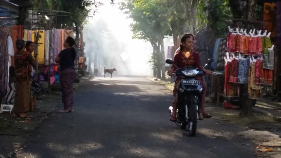 Rue enfumée de Gunung Kawi (moto)
