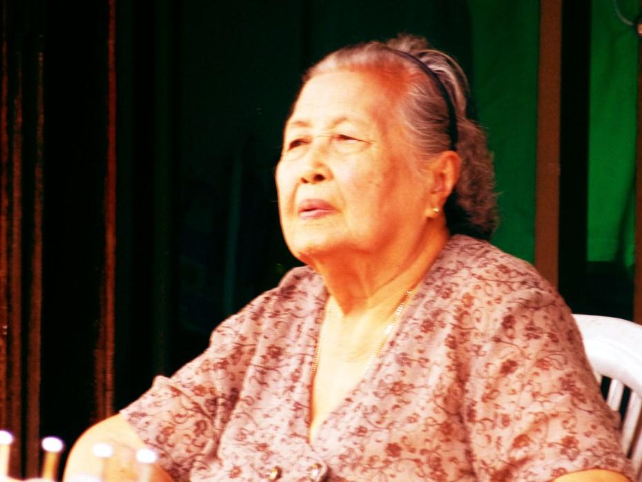 Vieille femme sur Thanon Talad Kao à Thong Sala
