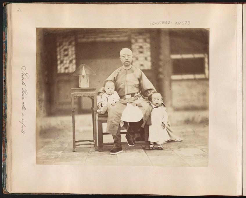 Yixuan avec deux de ses enfants - Liang Shitai