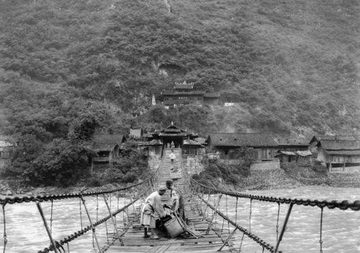 Auguste François - pont suspendu en bois qui enjambe la rivière Da Du He entre la Chine et le Tibet