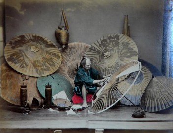 Adolfo Farsari - fabricant d'ombrelles