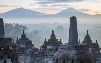 Moka au bar sur les marches glissantes à Borobudur