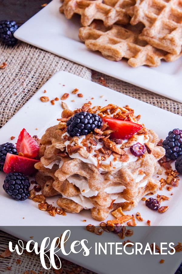 Plato con Wafles con yogurt y fruta con texto que dice Waffles Integrales