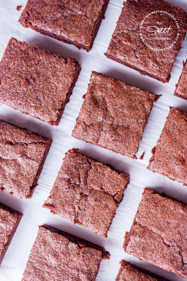 Vista de arriba de varios cuadritos de brownies