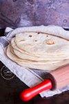 Tortillas de harina cubiertas con una servilleta de lino con un rodillo al frente