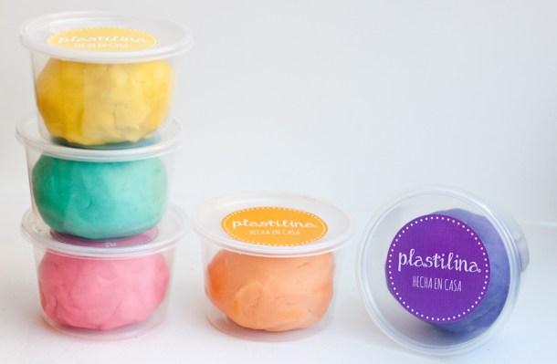 Imagen con botes de plástico con playdoh casera etiquetadas según su color
