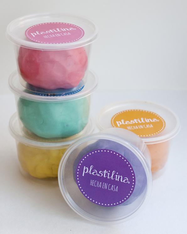 5 recipientes con plastilina tipo playdoh casera en 5 colores diferentes.