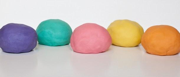 5 bolas de plastilina casera tipo playdoh en color morado, turquesa, rosa, amarillo y naranja