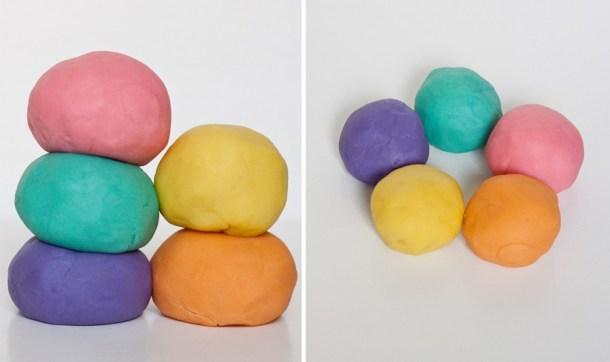 Imagen de 5 bolas de masa moldeable casera, plastilina tipo playdoh en 5 colores diferentes