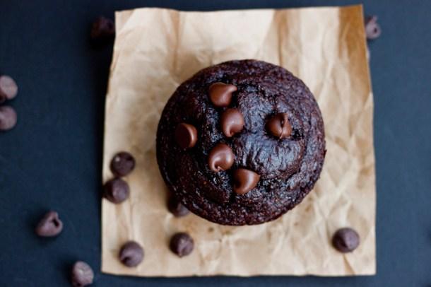Vista de arriba a un muffin de chocolate saludable con chispas de chocolate arriba y alrededor en la mesa