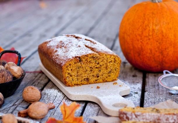 Imagen de Pan de Calabaza rebanado con azúcar glass arriba y acentos de otoño alrededor