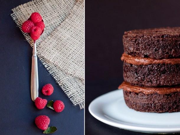 Imagen de un pastel de chocolate sin cobertura de 3 capas y una cuchara con frambuesas