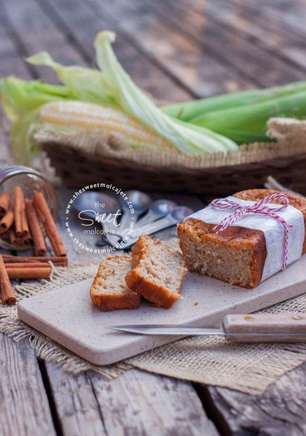 Barra de pastel de elote p torta de choclo rebanado sobre una tablita