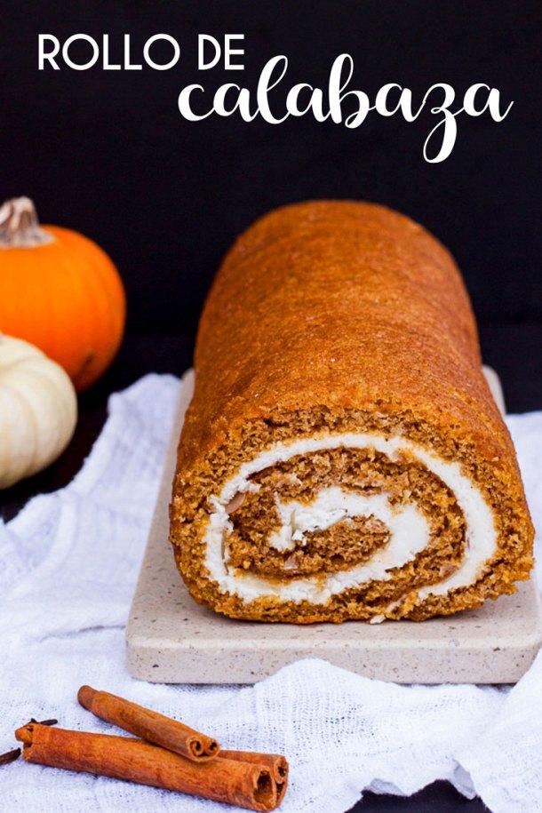 Rollo de Calabaza con relleno de queso crema con texto en blanco que dice rollo de calabaza