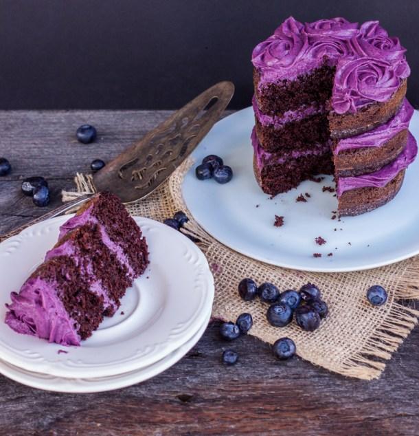 Pastel de chocolate para dos personas partido, hay una rebanada en un plato