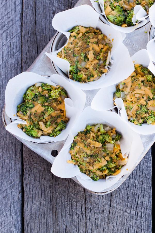 Mezcla de tortitas de brocoli con queso dentro de un molde para muffins