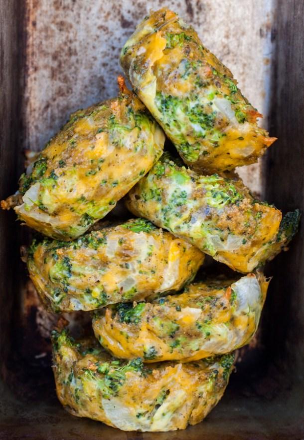 Varios Muffins de Brócoli con queso apilados uno encima de otro