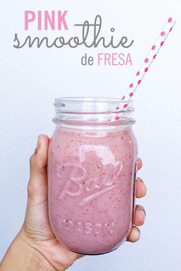 cremoso smoothie rosa de fresa con pera, manzana y platano