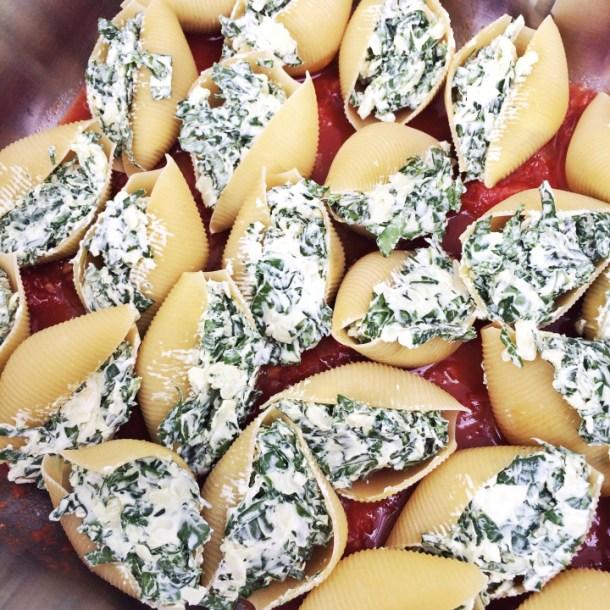 conchas gigantes rellenas de queso crema y espinaca