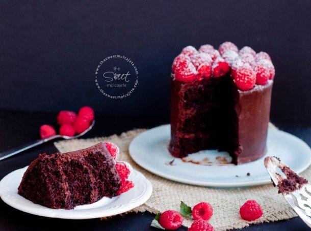 Pastel individual de chocolate con frambuesas con una rebanada de este al frente para celebrar el Dia del Padre