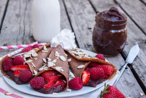 crepas de avena y chocolate (sin gluten) rellenas de crema de avellanas tipo nutella y frutos rojos