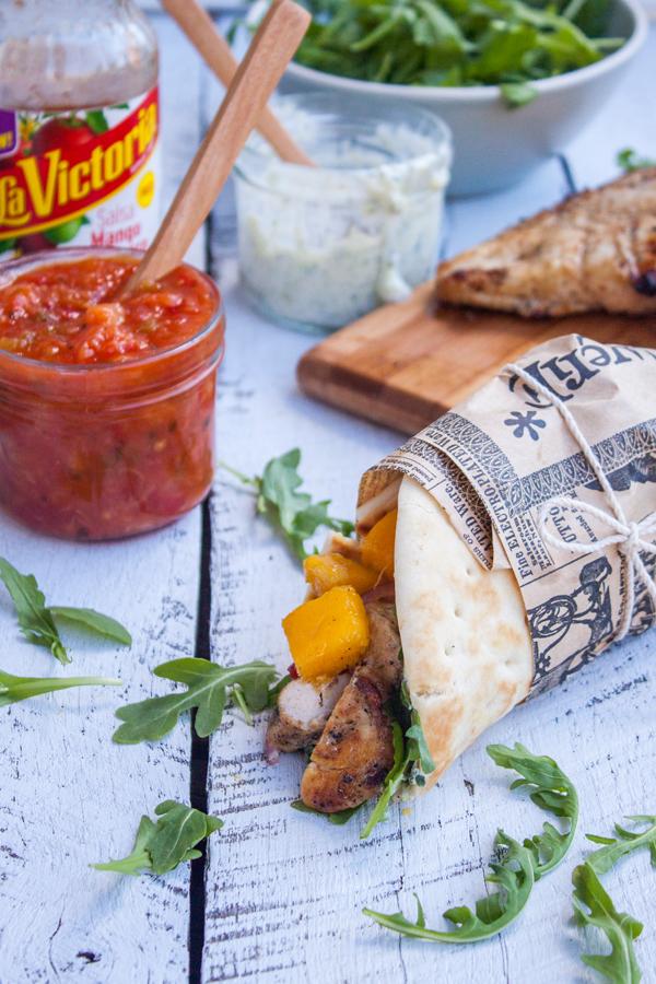 gyros de pollo con mango, al fondo un frasco con salsa mango habanero de La Victoria