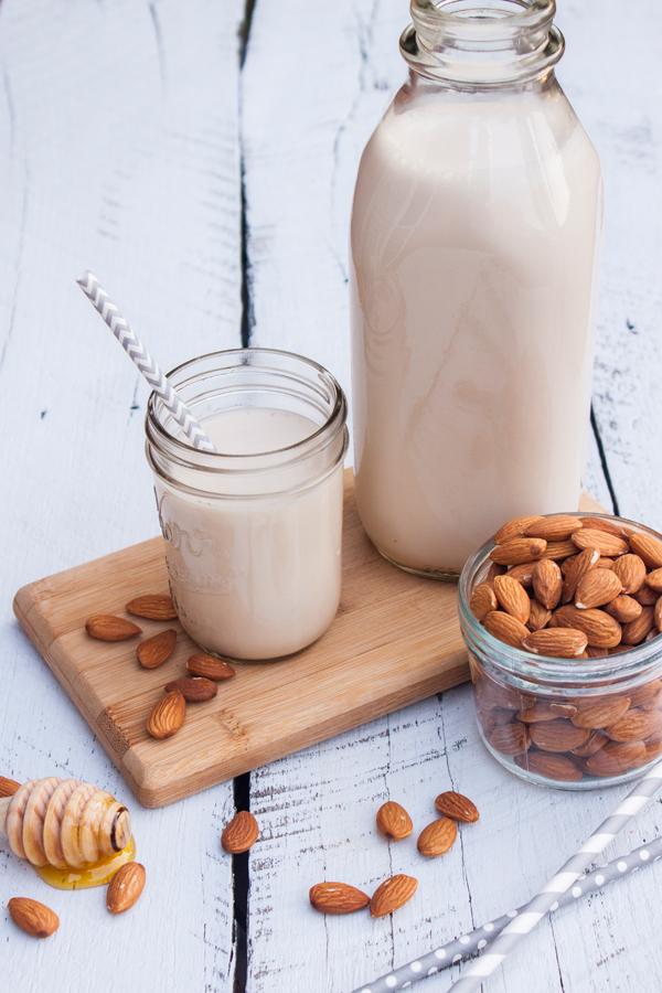 Receta detallada para hacer tu propia Leche de Almendras en casa, con un sabor delicioso y con todos los beneficios que esta leche debe tener.