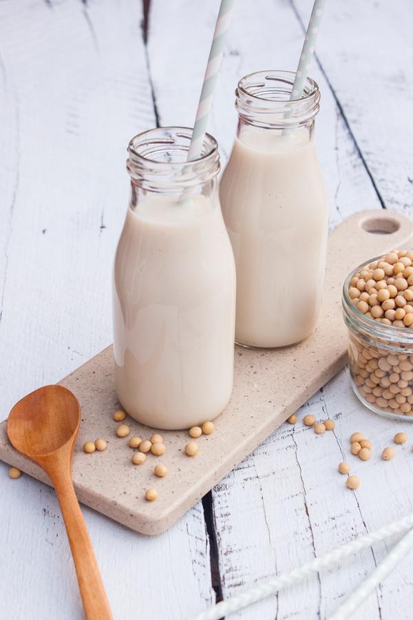 Aprende cómo hacer leche de soya desde la comodidad de tu casa. Una opción accesible, saludable y deliciosa, perfecta para quienes son intolerantes a la lactosa.