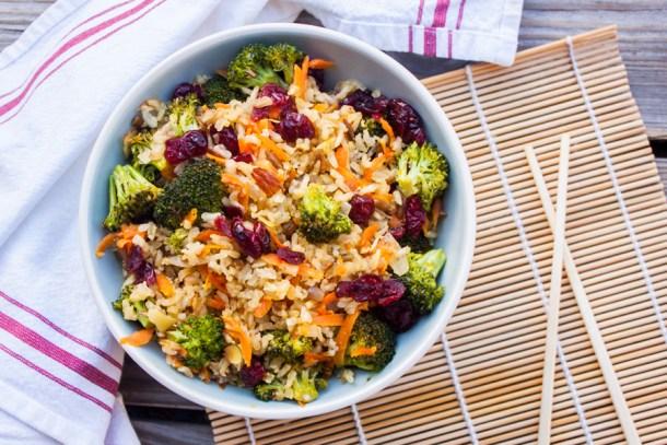 Receta súper fácil para hacer Arroz Integral Frito con bastantes verduras y arándanos que con su ligero dulzor le dan un contraste de sabor delicioso.