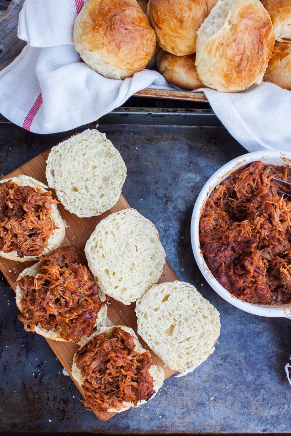 Sandwiches de cerdo deshebrado (pulled pork) a la BBQ en panecillos de limón (tipo brioche)