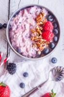 Este Desayuno de Avena con Frutos Rojos es súper fácil de preparar, perfecto para las mañanas atareadas. ¡Fresco, cremoso y súper nutritivo!