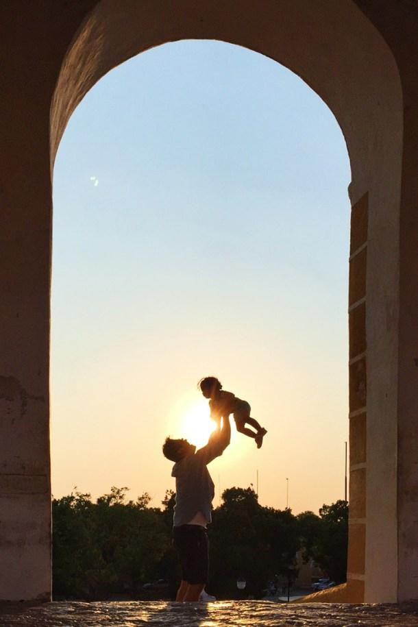 Padre e hija, vista del atardecer desde un arco del Convento de San Antonio de Padua, Izamal