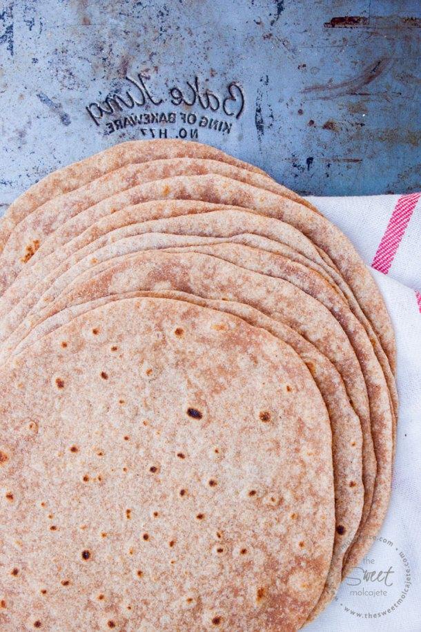 Aprende a hacerTortillas de Harina Integrales queson tan suaves,deliciosasy mucho mejores que las que se compran en la tienda. ¡Comer tortillas de harina de manera saludable nunca fue tan fácil!