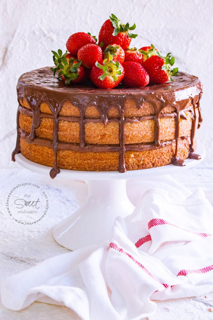 Pastel de Mantequilla en tres capas, naked, con relleno de buttercream de chocolate, cubierto con ganache de chocolate y con fresas arriba