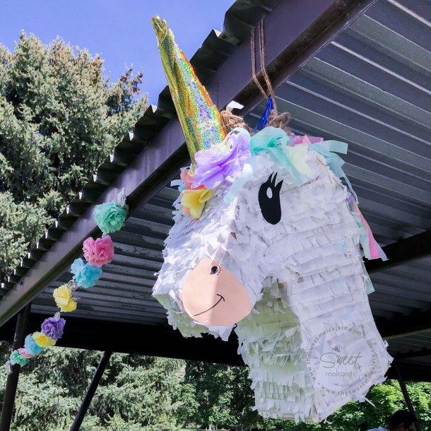 Piñata de Unicornio y adornos de Flores de Papel en una Fiesta Zero Waste o con menos basura