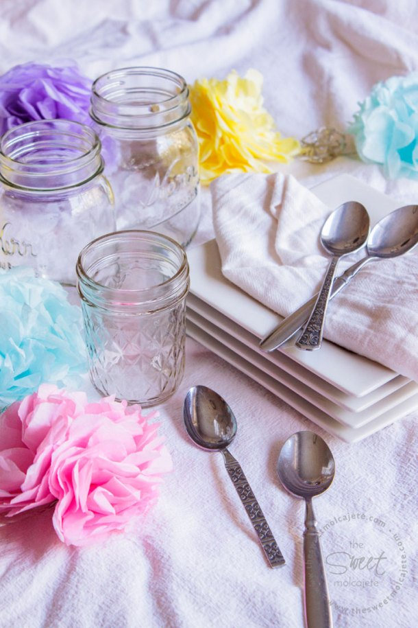 Platos, mason jars para beber, cubiertos, servilleta de tela y flores de papel para hacer una fiesta zero waste