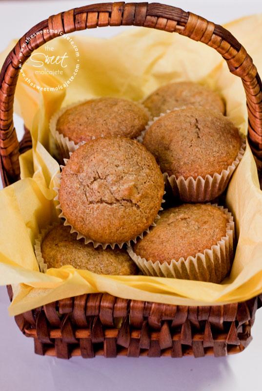 Imagen de varios Muffins Integrales de Plátano dentro de una canasta de mimbre cubierta con papel amarillo - 15 ideas de snacks saludables