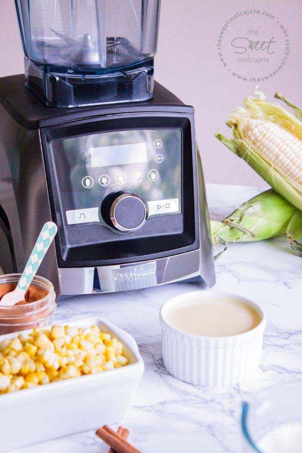 Foto de acercamiento de los ingredientes para hacer Helado de Elote junto con una licuadora Vitamix