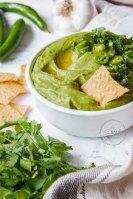 Plato de cerámica con Hummus Verde de Cilantro con Chile con totopos