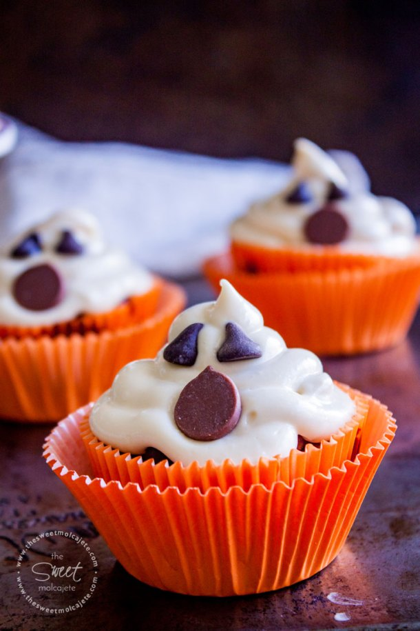 3 Cupcakes de Fantasma en capacillo naranja y en un fondo oscuro