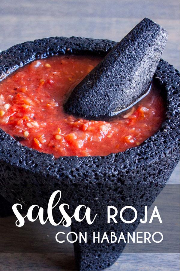 Acercamiento de un molcajete con Salsa Roja con Habanero