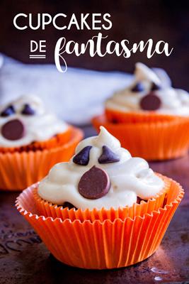 Estos deliciosos y chulos Cupcakes de Fantasma con sabor a calabaza con chispas de chocolate son perfectos para celebrar Halloween. Además de ser más saludables que el típico cupcake ¡los preparas en un sólo paso! • The Sweet Molcajete #thesweetmolcajete #recetasfaciles #cupcakesdefantasma #calabaza #cupcakes #halloween #receta