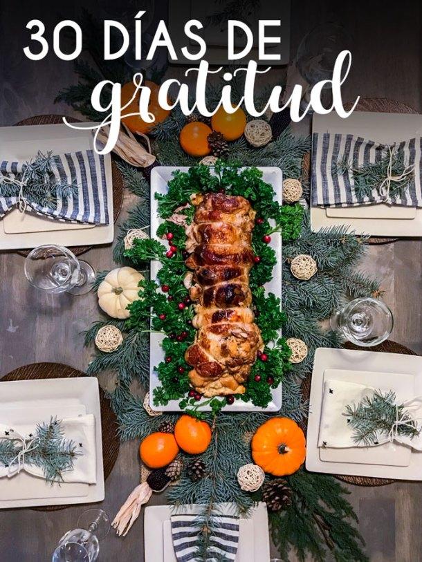 Mesa de Día de Gracias con un texto que dice 30 días de gratitud